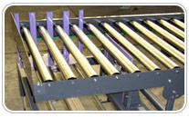 Empujador neumatico o hidraulico para cajas en transportador de rodillos. Haga click para ampliar.
