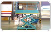 Mesa elevadora hidraulica de doble tijera con barandillas y puerta de acceso
