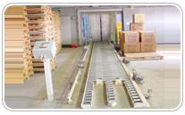 Linea de transportadores de rodillos con 2 elevadores de alta cadencia conectando 3 niveles, 12 entradas y salidas en total